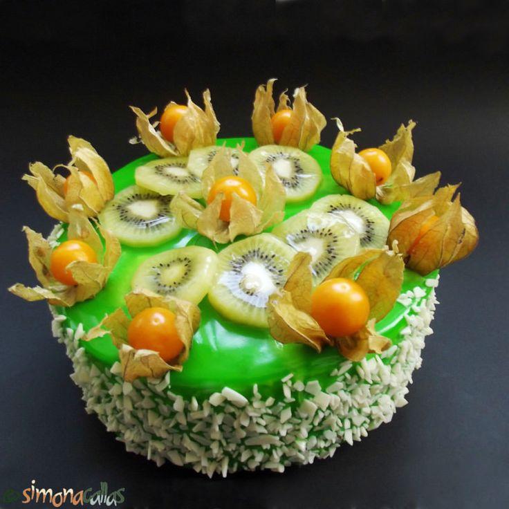 Tort Exotic Green cu fructe si ciocolata: Blat alb însiropat, cremă albă cu ciocolată, glazură oglindă si fructe exotice- un tort deosebit si super gustos.