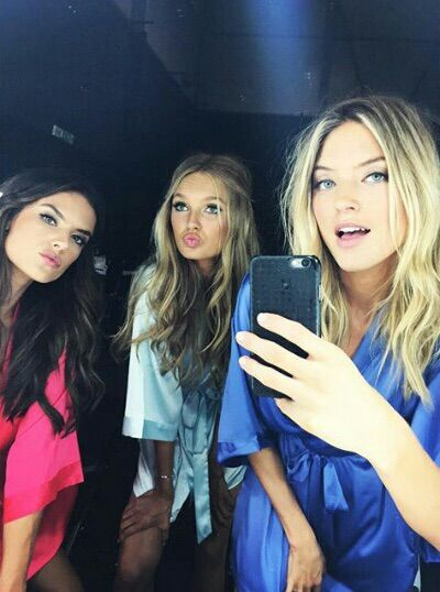 Image via We Heart It #alessandraambrosio #angels #beautiful #models #Victoria'sSecret #bombshells #marthahunt #romeestrijd