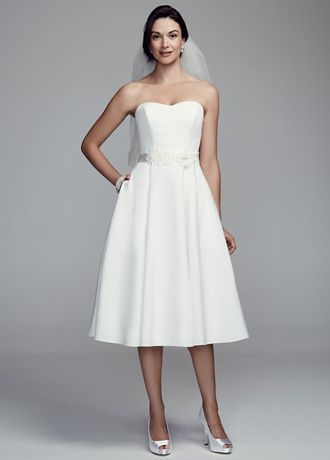 Spectacular Short flirty and sweet you will look lovely in this wedding dress Strapless