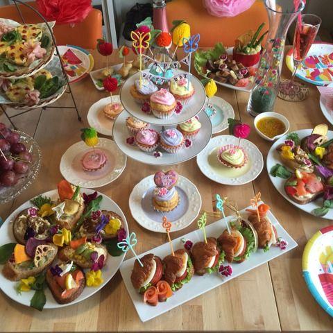 今回の誕生日は、お花畑をテーマに!! 食用花を購入し、ケーキや、お料理にも散らします!! あとは、100均にある造花のお花も飾ったり、お花のシールでピックを作ったり、テーマを決めておくと余計なものを買わなくて良いですよ!! 100均の紙皿やペーパーナフキンで後片付けも楽に!!