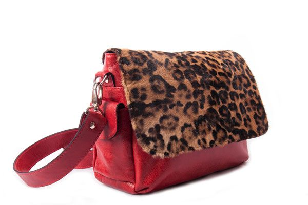 Cartera bandolera de cuero rojo y estampado de pelos en animal print #bags #leatherware #animalprint #color #red