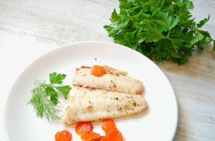 Fresh fish cooked in the oven with green garlic and flavored with oregano and bay