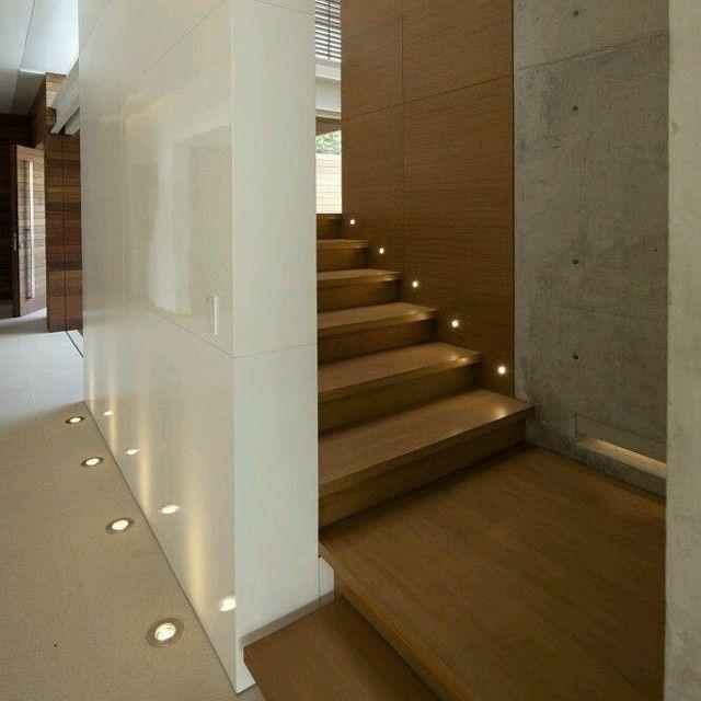 Detalles que marcan la diferencia #Escalera en madera caoba - lamparas para escaleras