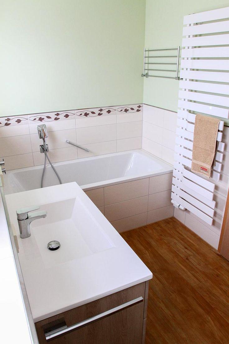 Waschtisch mit integriertem Waschbecken und hölzernem ...