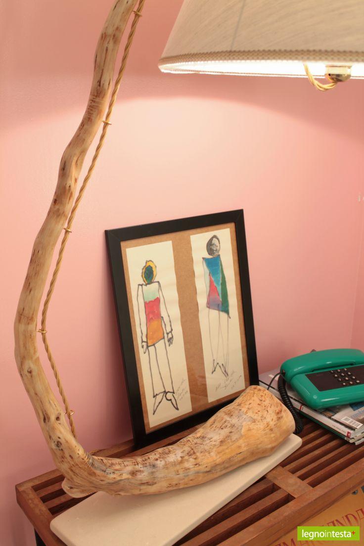 """""""Laccì"""": lampada artigianale in legno di mare con base in pietra leccese sagomata a scalpello. Paralume rivestito di tessuto e passamaneria in cotone"""