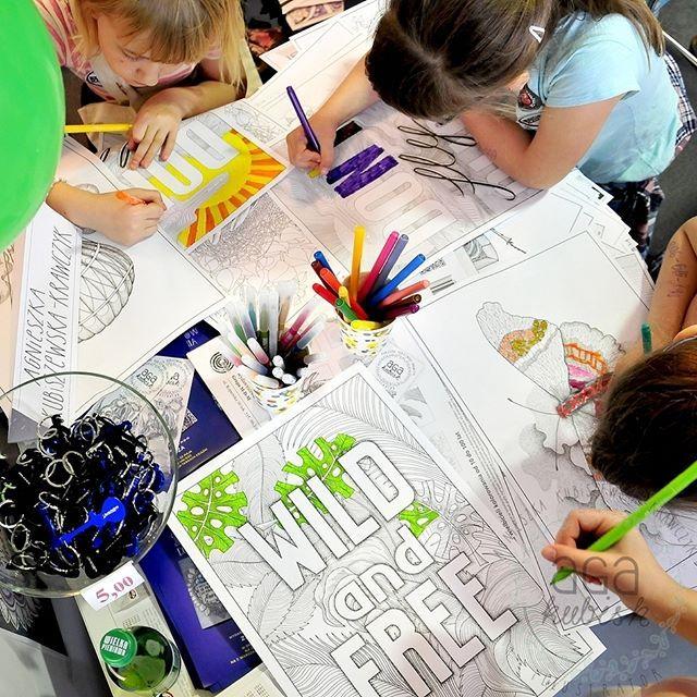 """Wielkie kolorowanie serii """"10 posterów do kolorowania"""" od wczoraj na @PGENarodowy podczas #warszawskietargiksiazki :) Dzięki wszystkim odwiedzającym i kolorującym dziękuję za miłe słowa i spotkania! #agakubish #kolorowanki #colorbook #coloring #kolorowanie #malowanie #kids #ink #graphic #illustration #poster #plakaty #walldecor #decoration #reprint #print #natur #color #art #artist"""