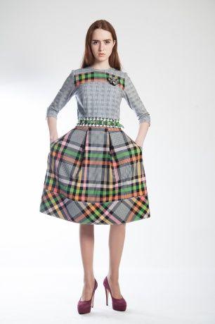 Сочетание фактур прекрасно освежает даже самый строгий наряд. Платье приталенного силуэта с расклешённой юбкой, втачной рукав, круглый вырез, внутренние карманы. В комплекте прилагается тонкий ремешок.#SvetlanaBekareva