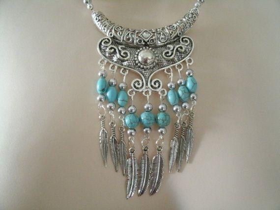Este hermoso collar tiene granos de la turquesa, granos de la semilla, del estaño Casquillas de plata, colgante de plata estaño con acento de diamantes de imitación y gotas de plumas de plata esterlina. 18 de largo. Cierre de palanca plateada de plata.