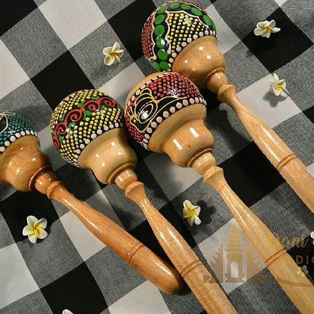 Alat musik marakas Rp. 18.000- Kode 45/2 panjang  Alat musik Marakas yang pada zaman dahulu merupakan salahsatu alat yang digunakan dalam ritual adat kuno. Namun kini seiring berkembangnya zaman yang dibarengi kreatifitas marakas menjadi salah satu instrumen musik. Sangat menambah keindahan alunan musik reggae dan perkusi Dengan motif khas nya kini marakas telur dipajang cantik melengkapi ruangan dirumah maupun tempat usaha anda  Varian Warna :  Siput Ikan Batik Bunga