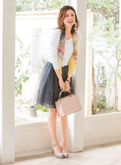 着慣れたカーデもカラフルな柄スカーフをプラスするだけで、 たちまち新鮮な雰囲気に! | ファッション コーディネート | with online on ウーマンエキサイト