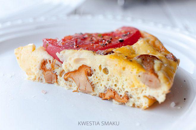 Frittata z kurkami, pomidorami i kozim serem doprawiona świeżym tymiankiem