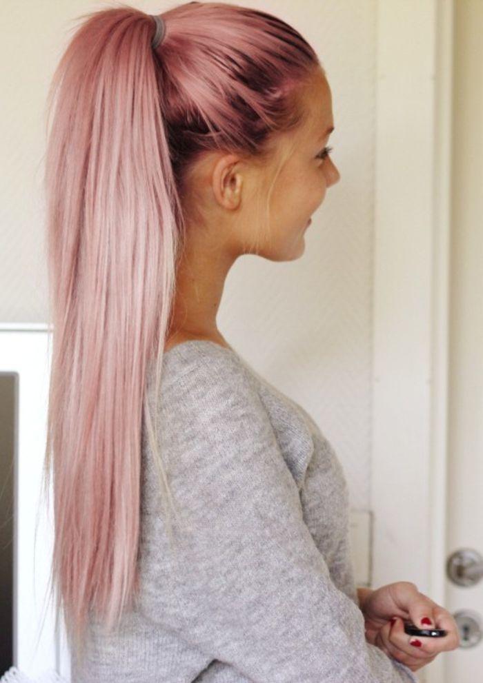 couleur cheveux rose pastel, queue de cheval longue, manucure rouge, blouse grise