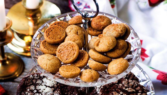Pepparnötter, eller Pebbernødder, som man säger i Danmark, är små naggande goda kakor med klassisk pepparkakssmak.