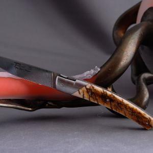 GOYON-CHAZEAU Thiers Damast Mammut Elfenbeinkruste  10.000 Jahre altes fossiles Mammutelfenbein und Damaszenerstahl ließen dieses wertvolle Laguiole-Messer in höchster Handwerkskunst entstehen!  Wenn man ein Messer von Goyon-Chazeau in der Hand hält merkt man sofort dass diese Schmiede sich auf die Fertigung dieser besonderen Laguiole-Messer spezialisiert hat. Die Balance des Messers durch unvergleichliche Gewichtsverteilung die sichere Schwere durch den verwendeten handgeschmiedeten…