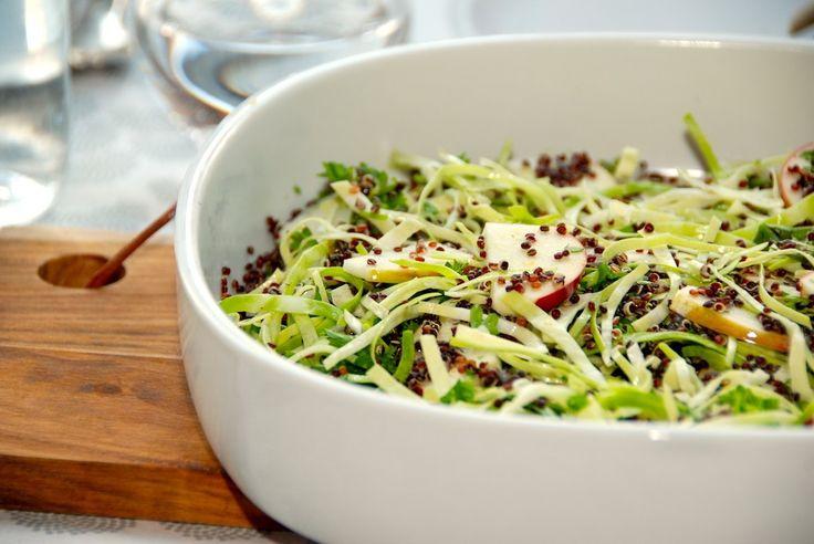 En skøn quinoa salat, der er lavet med økologisk spidskål, økologisk æble og friskhakket persille. Quinoa salaten dryppes med olivenolie og citronsaft. Foto: Guffeliguf.dk.