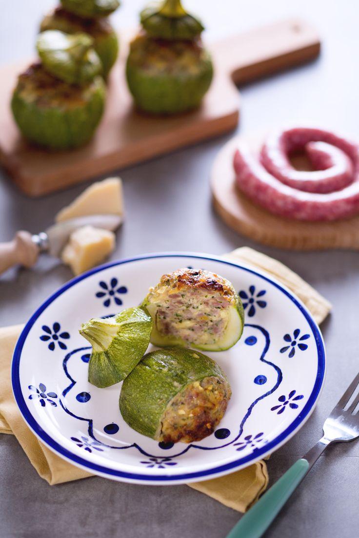 Le #zucchine ripiene sono un secondo piatto sfizioso, tipico della cucina casalinga che si preparara farcendo le zucchine con un trito di carne, mollica e formaggio. ( #stuffed #zucchini ) #Giallozafferano #recipe #ricetta