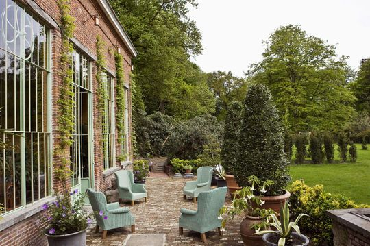 Vegetal and bricked patio | More photos http://petitlien.fr/terrassevegetalisee