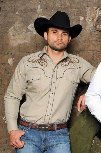 Renueva tu vestuario cowboy en Corbeto's Boots, empezando por esta camisa western Ranger's para hombre color caqui con bordados de herraduras.Mens khaki western shirt with embroidered horseshoes