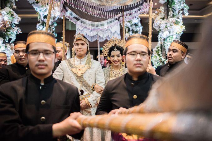 Pada beberapa pernikahan adat di Indonesia ada prosesi saat pasangan pengantin dipayungi. Penggunaan payung ini berupa payung tradisional yang tentunya masing-masing daerah berbeda. Seperti payung pada pernikahan adat Bugis Makassar Sulawesi Selatan ini.