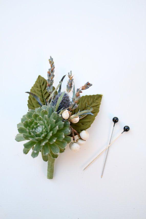 Boutonnière succulente avec lavande, chardon et suif Berry