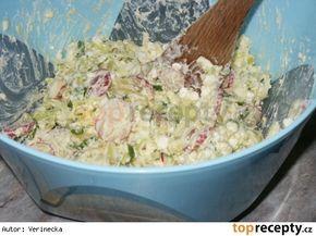 Lehký cottage salát 1 cottage sýr 6-8 brambor (vařených ve slupce) 3 vejce (uvařená natvrdo) 1 pórek 1 svazek ředkviček 1 zakysaná smetana jarní cibulka (nadrobno nakrájená) sůl pepř Uvařené brambory protlačíme přes kovové sítko do mísy, přidáme nakrájený pórek, ředvičky, vajíčka a nadrobno nakrájenou jarní cibulku.  Promícháme a přidáme cottage sýr a zakysanou smetanu.  Na závěr dochutíme. Podáváme jako přílohu ke kuřecímu masu.