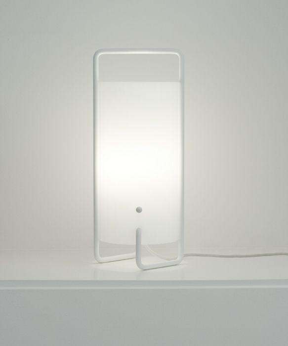 Lampada da tavolo bianca, cilindro circolare in vetro e struttura tubolare in metallo. White table lamp, glass cylinder and tubular metal framework. Asa, Miguel Milá http://www.miguelmila.com/Asa for  @santacole #vembianco
