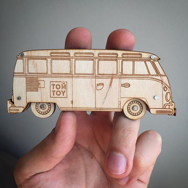 Let's ride!☀️если верить Википедиа, то #vwbus - один из первых гражданских минивэнов. Автомобиль стал лицом целой эпохи и, наряду со своим преемником T2, был очень популярен среди хиппи. #peace #volkswagen #hippie #toytoyby #минск #беларусь #сделаноруками #хендмейд #дерево #игрушки #toytoybus