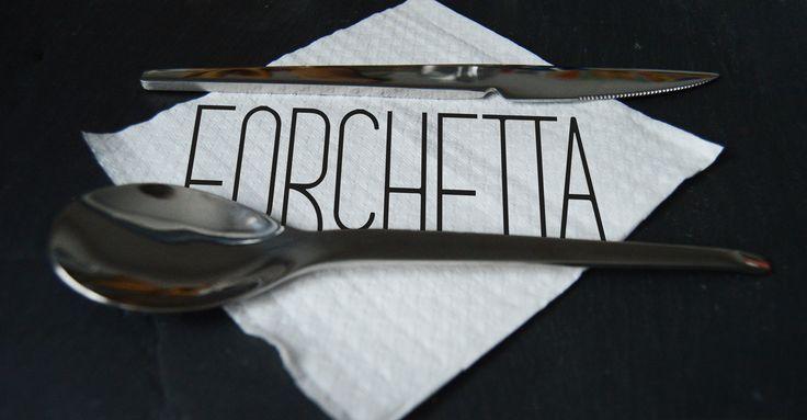 Forchetta es una serie de TV. El tema esencial de la serie es la cocina italiana de los años 70. Aquí se muestra la base de la pantalla de presentación (el título), consistente en una servilleta (que se irá modificando para coincidir o adivinar la trama del capítulo) y una cubertería completada con la palabra ('forchetta' significa tenedor en italiano).