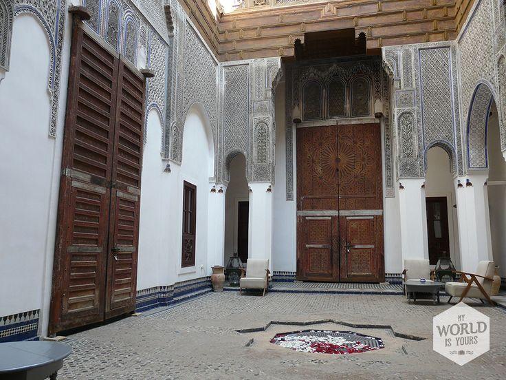 Een #riad dat in geen enkel #woonmagazine zou misstaan: Dar Bensouda. Alles is hier prinsheerlijk: het koele zwembad, het dakterras, de verkoelende (sober ingerichte) kamers en met name de binnenplaatsen waar 's avonds kaarsjes branden en rozenblaadjes in kleine waterplasjes ronddrijven.#Marokko #Morocco #Fez #medersa #Maroc #interieur #binnenplaats #Darbensouda #Fes