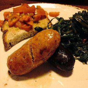 Cicoria saltata in padella con salsicce di carne e di fegato e bruschetta di pomodori.