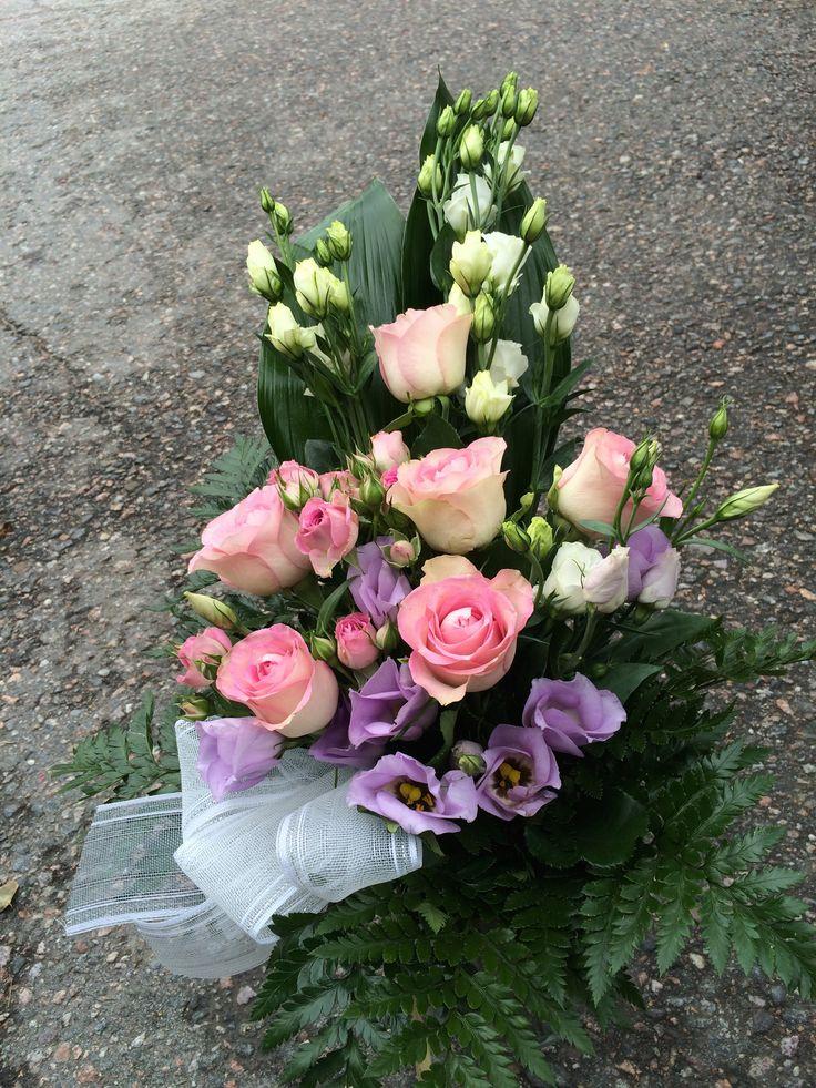 Ruusua ja eustomaa surukimpussa