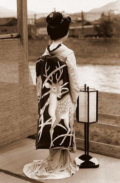 The dangling obi on this kimono is gorgeous! The deer on it is soo beautiful!