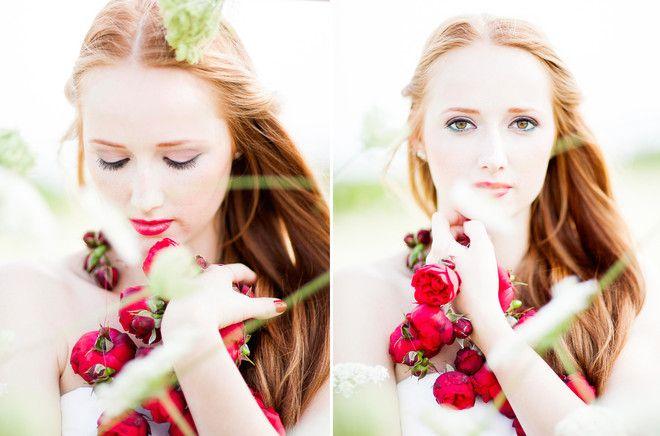 noni- schlichtes langes Brautkleid mit breitem roten Gürtel und Blumenkranz für die Haare (www.noni-mode.de - Foto: Anja Schneemann)