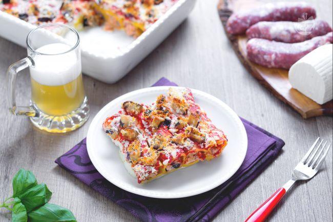 I cannelloni di melanzane alla birra sono un invitante primo piatto a base di pasta ripiena con  ricotta, melanzane e salsiccia sfumata con la birra.