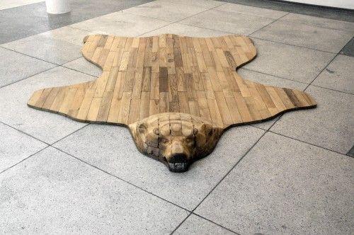 Esta alfombra con forma de oso es original y de madera #madera #decoración