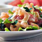 Легкий летний салат с креветками и козьим сыром