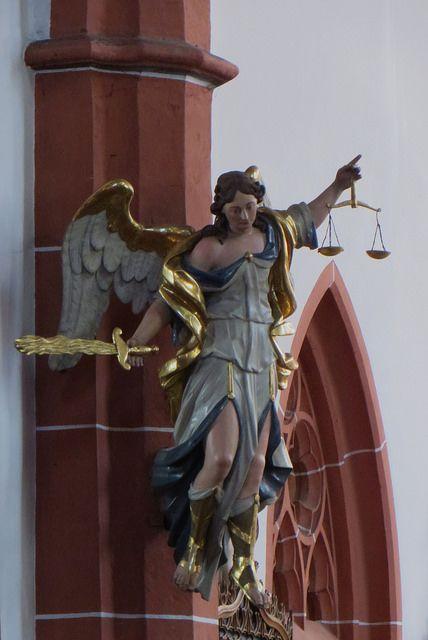 La Justice, église catholique Saint Michel, Bernkastel, commune de Bernkastel-Kues, landkreis de Bernkastel-Wittlich, Rhénanie-Palatinat, Allemagne.   par byb64