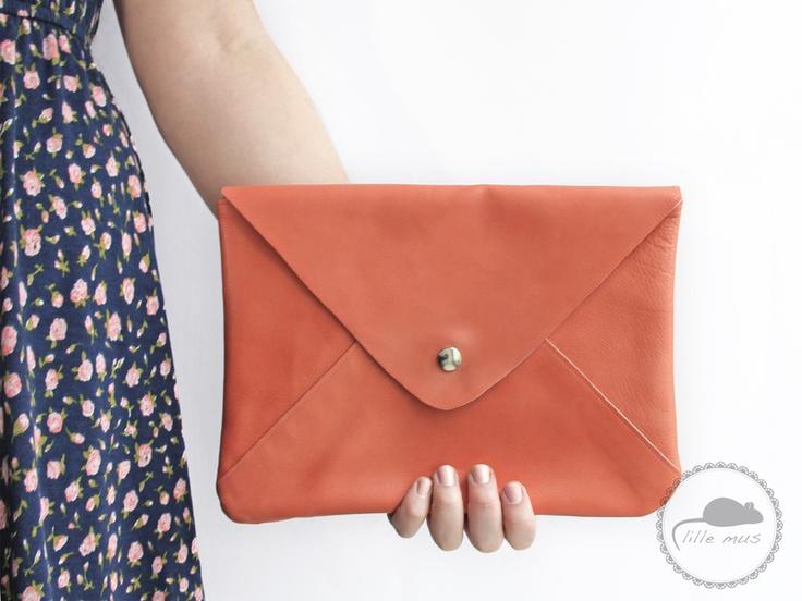 große Envelope-Lederclutch in Koralle // leather clutch by lille_mus via dawanda.com