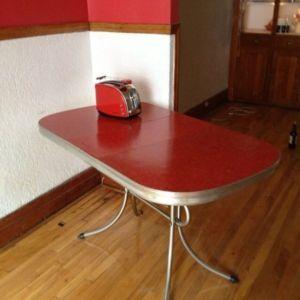 Table Vintage En Formica Rouge   $20