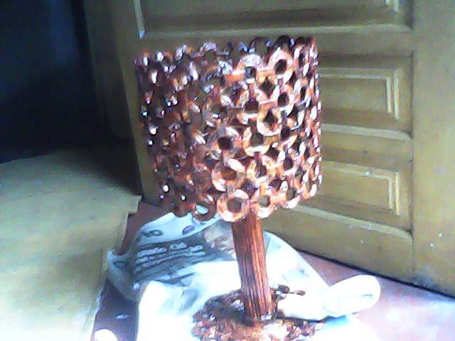 Abajur feito de canudos de jornal com verniz