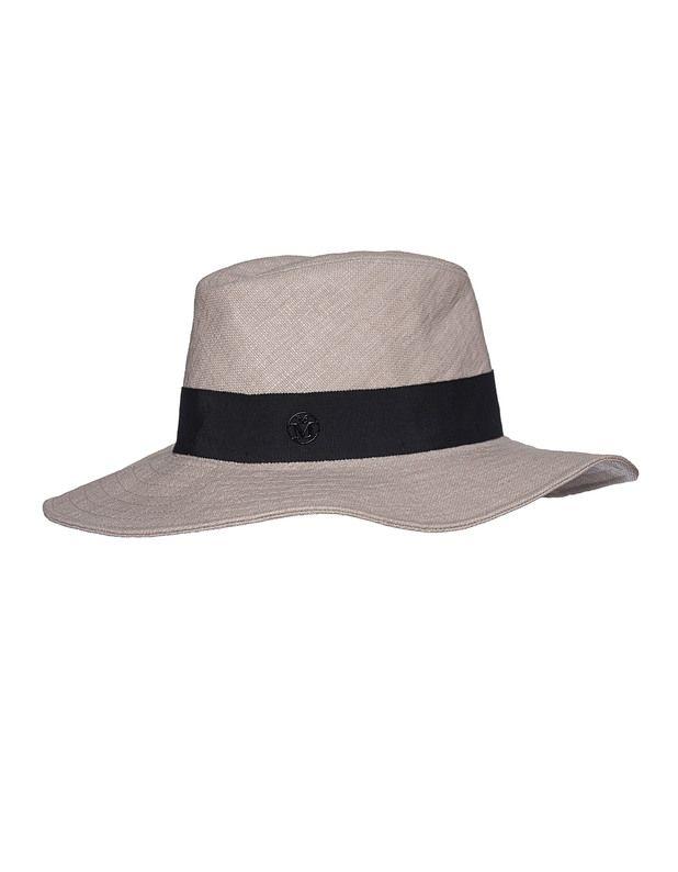 Eleganter Strohhut Die luxuriösen Hüte des Labels Maison Michel Paris sind absolute Hingucker!  Beigefarbener Hut aus hochwertigem Stroh mit schwarzem Ripsband und Metall-Logo-Buchstaben.  Ein classy Accessoire - zeitlos schön!