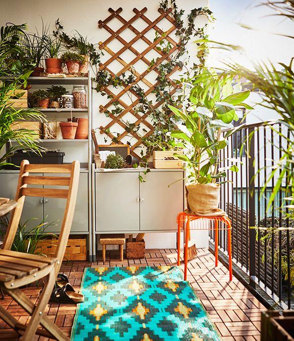 Klein balkon? We hebben een aantal handige tips | IKEA IKEAnl IKEAnederland balkon urban city inspiratie wooninspiratie fleurig lente zomer planten SOMMAR 2017 vloerkleed HINDÖ kast