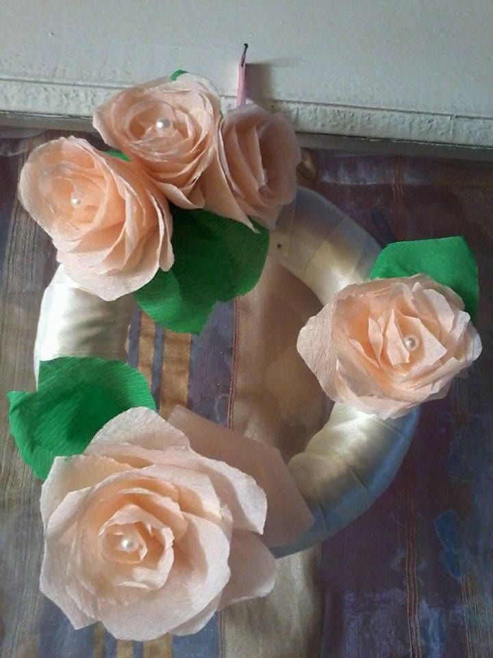 Rózsás ajtódísz krepp-papírból