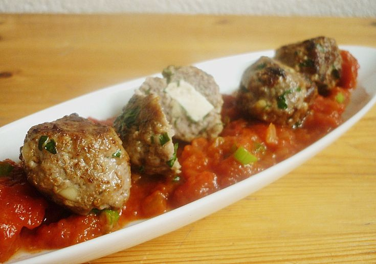 Hackfleischbällchen mit Schafskäse und Tomatensoße