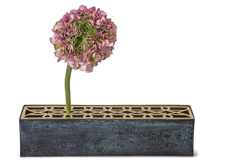 Eng vase, designet av Eva Schildt for Klong. Dette er en helt spesiell vase som består av en enkel glassvase som kommer med et stativ hvor man kan plassere blomstene…