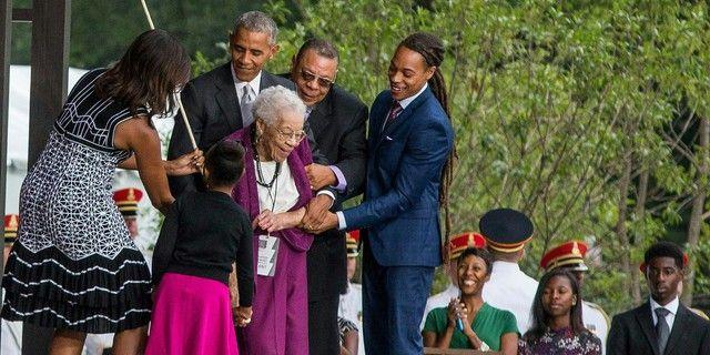 Barack Obama coupe le ruban avec Ruth Odom Bonner, fille d'esclave, au musée de l'histoire afro-américaine, 24 septembre 2016