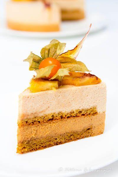 Торт с карамельным и яблочным муссом- миндальные лепестки, желтки, яблочное пюре, желатин,сливки
