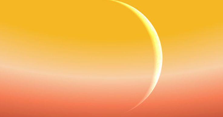 ¿Qué tipo de atmósfera tiene Mercurio?. Mercurio tiene una atmósfera muy débil que continuamente está cambiando. Al ser delgada, gana elementos del viento solar, de impactos con meteoroides o de gases volcánicos que alcanzan la superficie del planeta. También pierde elementos debido al viento solar, su alta temperatura y su bajo nivel de gravedad.