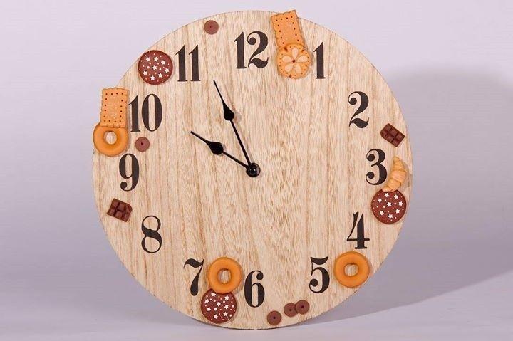 Orologio da parete con biscotti.