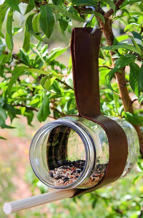 construire un nichoir avec du cuir et un bocal comme idée de décoration de jar…